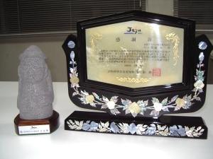 (右:感謝状の盾 左:トルハルバンの石像)