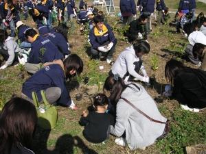 社員だけでなく、社員のご家族の方も来られました。 小さなお子様も一生懸命植樹に取り組んでいただけました。