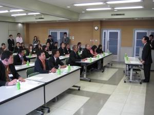 会議室に移動して、社長後藤の挨拶です。英文訳を配布して、滋賀ダイハツの概要を、 説明させていただきました。みなさん熱心に拝聴いただきました