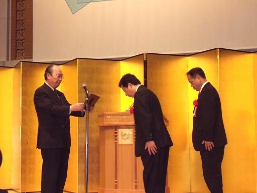 関西経営品質賞2009奨励賞の表彰で盾を受けました。