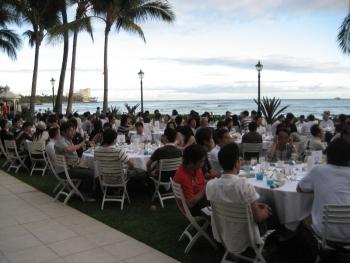 全社員パーティーの様子です。 海の見えるホテルの庭をお借りし、サンセットパーティーの始まりです。