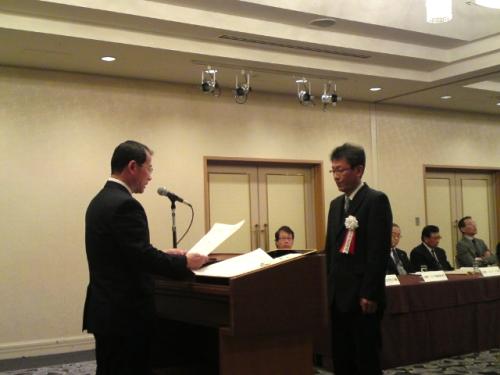表彰状を受取る上田さん
