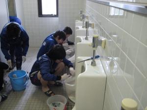 木之本中学校でのトイレ掃除実習の様子