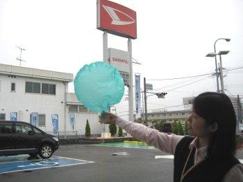雨の中 風に乗ってやってきた風船