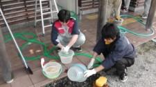 使った道具を洗っています