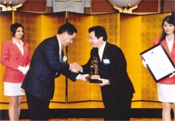 ダイハツ工業 白水取締役会長様より特別栄誉賞の表彰を受けました。