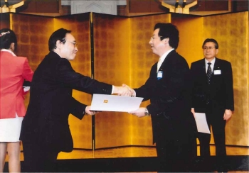 ダイハツ工業箕浦取締役社長様より、総合表彰の表彰を受けました。